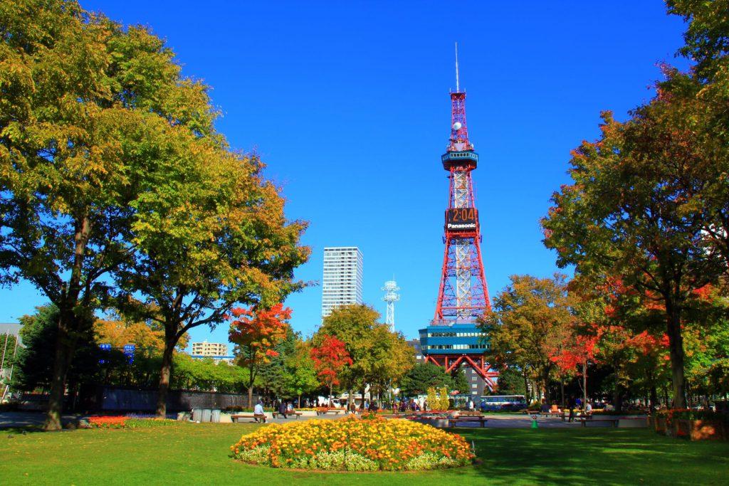 大通公園の紅葉見頃は10月下旬~11月上旬『噴水とテレビ塔が映える』