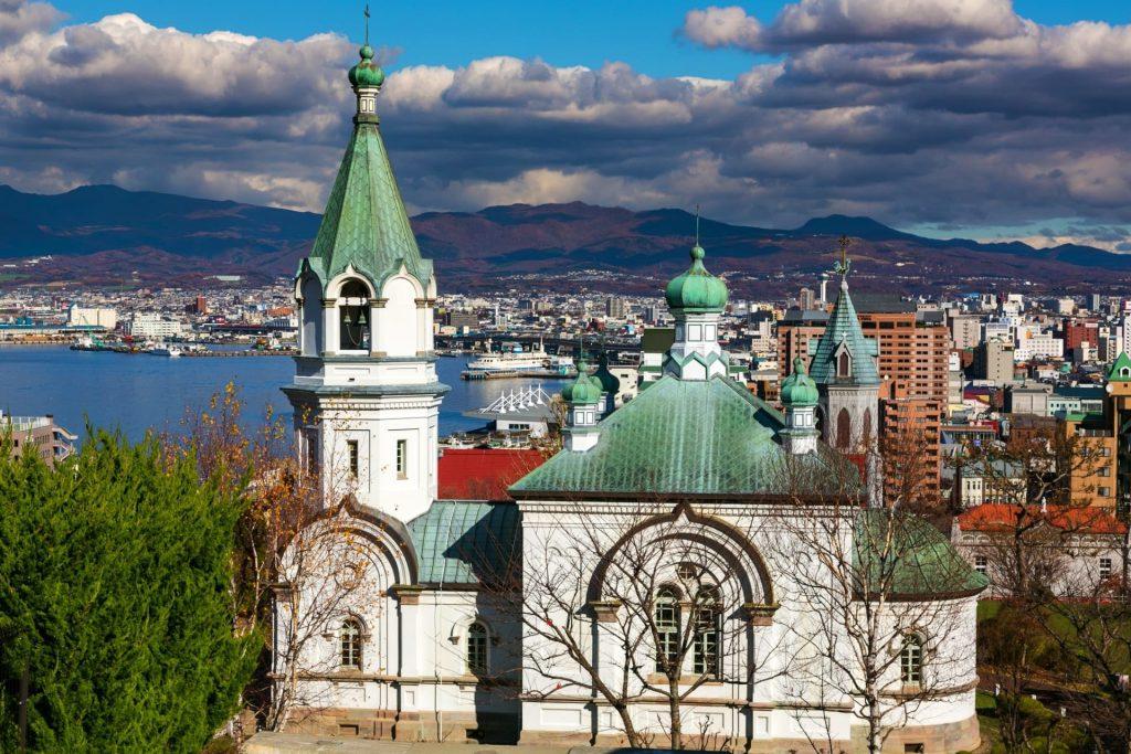 『函館ハリストス正教会』鐘の鳴る時間に訪れたい夜のライトアップも素敵な教会