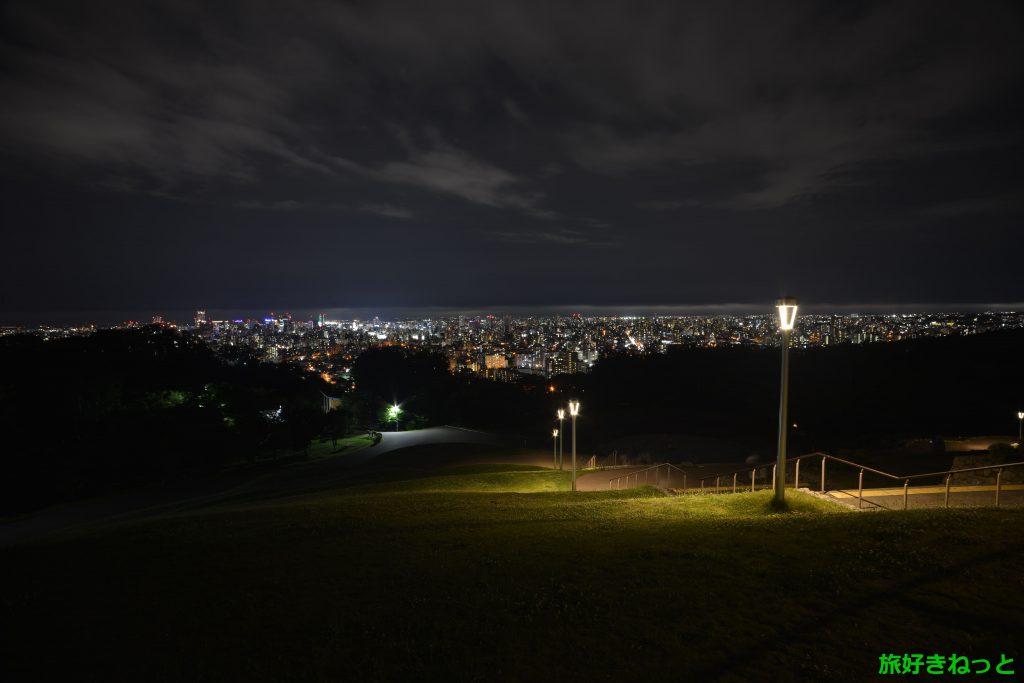 旭山記念公園の夜景、夏は蚊が多いから虫除けスプレーが必要です。