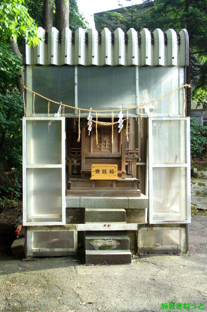 『円山西町神社』御朱印なし・祠ほどの小さな社殿は銀行の守護神社殿を譲り受けた