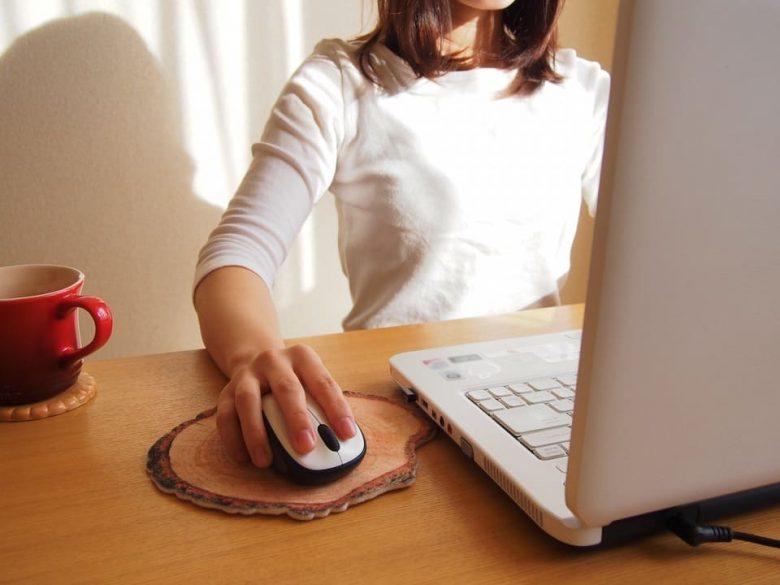 PCデスクの机の角が腕や手首に当たって痛い時の防止策3選