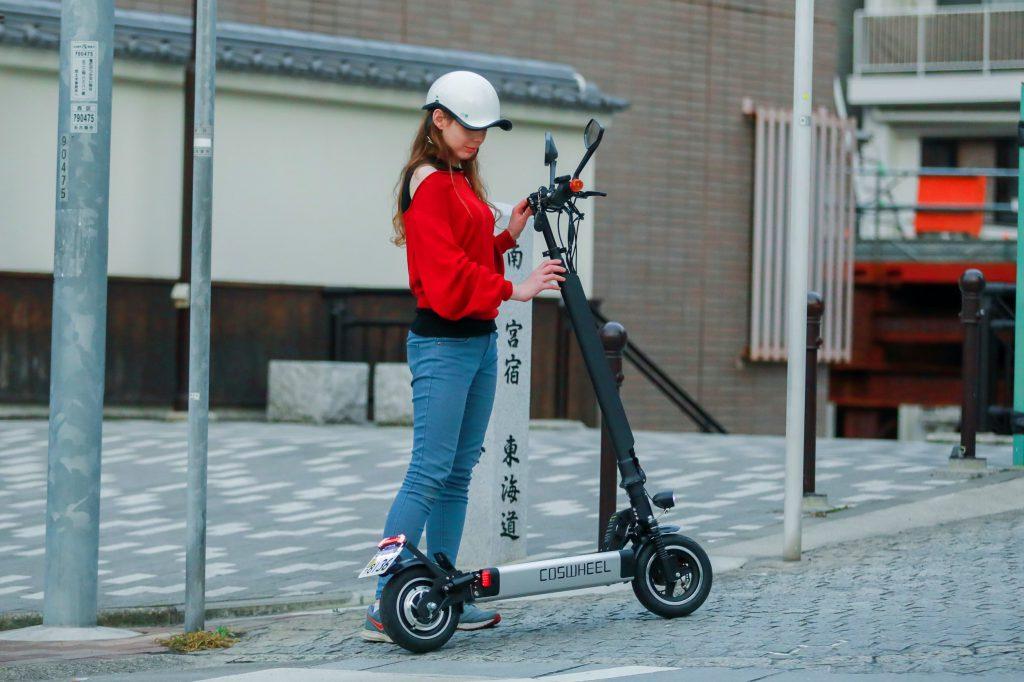 電動キックボード免許取得で公道OK!座って乗れるキックボードはまるで原付バイク