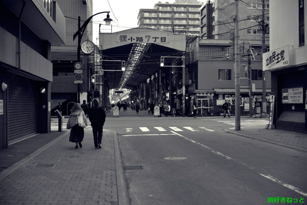 狸小路7丁目の入口アーケードを撮影、昭和の雰囲気がある貴重な場所